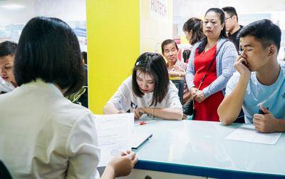 Đông đảo thí sinh nộp hồ sơ xét tuyển học bạ tại HUTECH trong ngày đầu