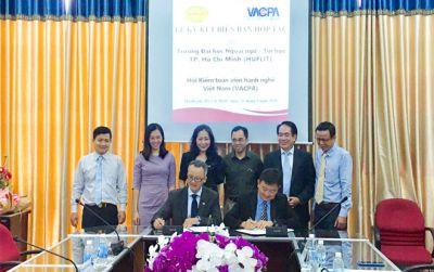 Lễ ký kết biên bản hợp tác giữa HUFLIT và VACPA